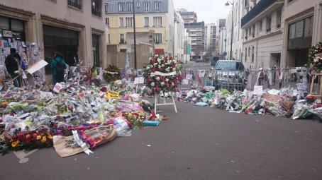Homenajes a las afueras de Charlie Hebdo, París.